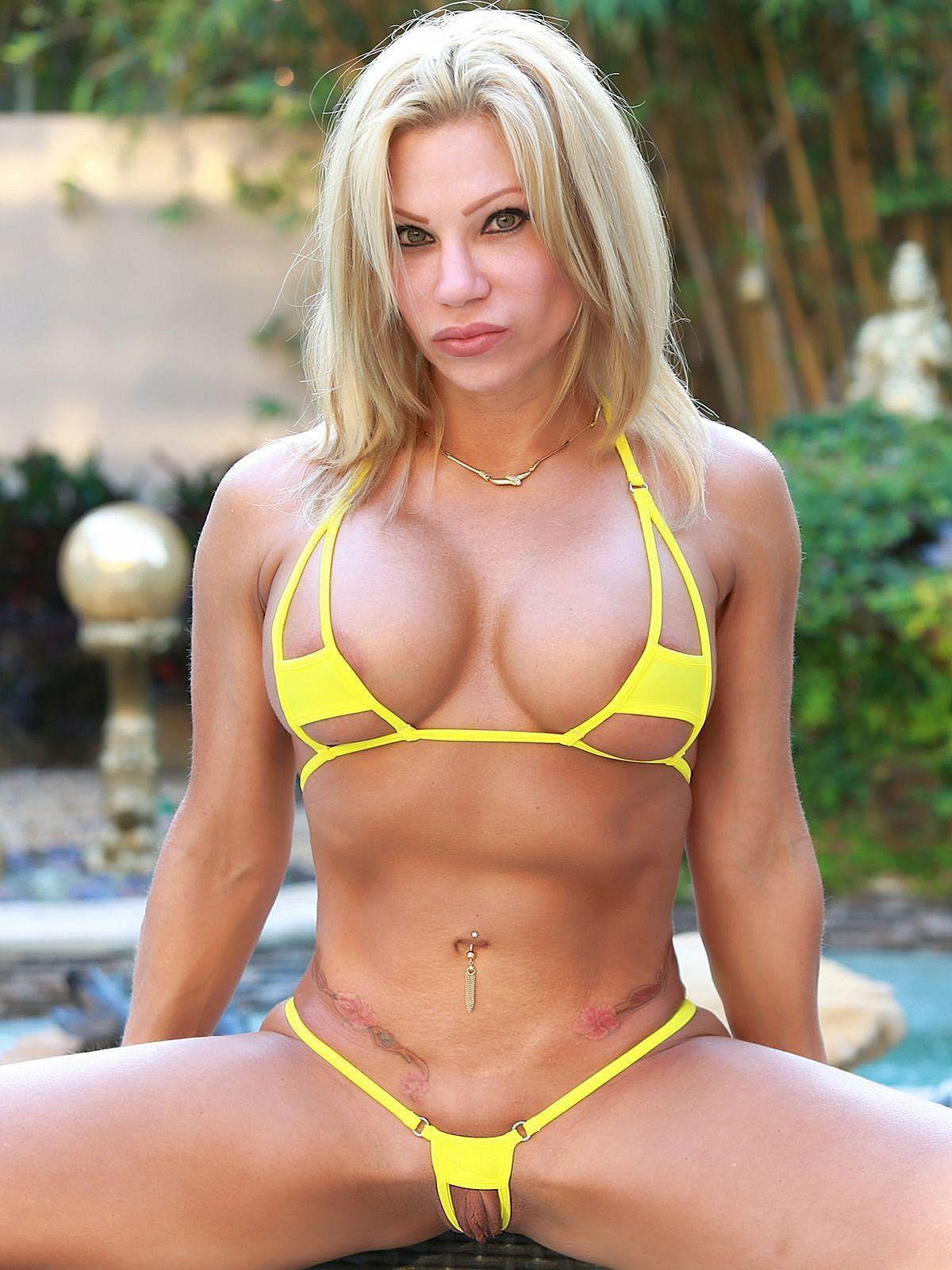Bikini daring girl