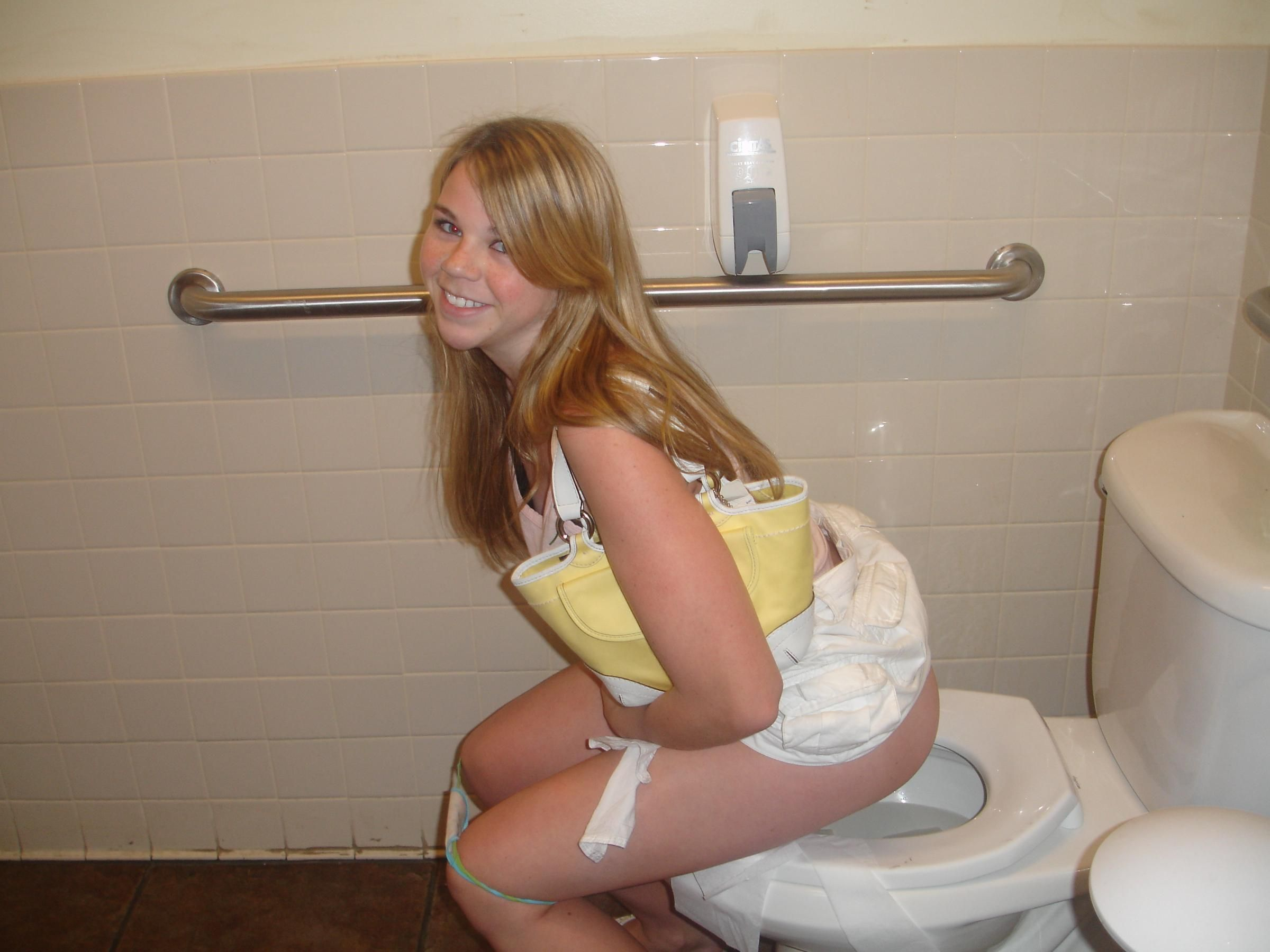 Dead R. reccomend Girls peeing over toilet